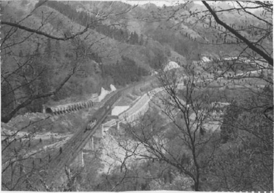 鉄道写真:雄勝峠への谷を渡る高...